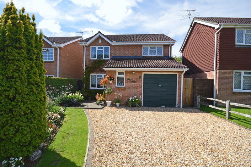 4 Bedrooms Detached House for sale in Mallow Close, Lindford