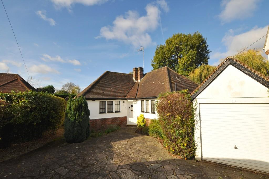 3 Bedrooms Detached Bungalow for sale in Briar Way, Guildford