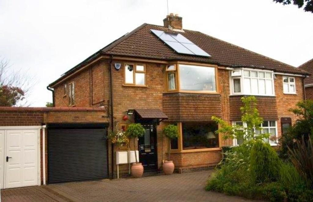 3 Bedrooms Semi Detached House for sale in Tilehouse Green Lane