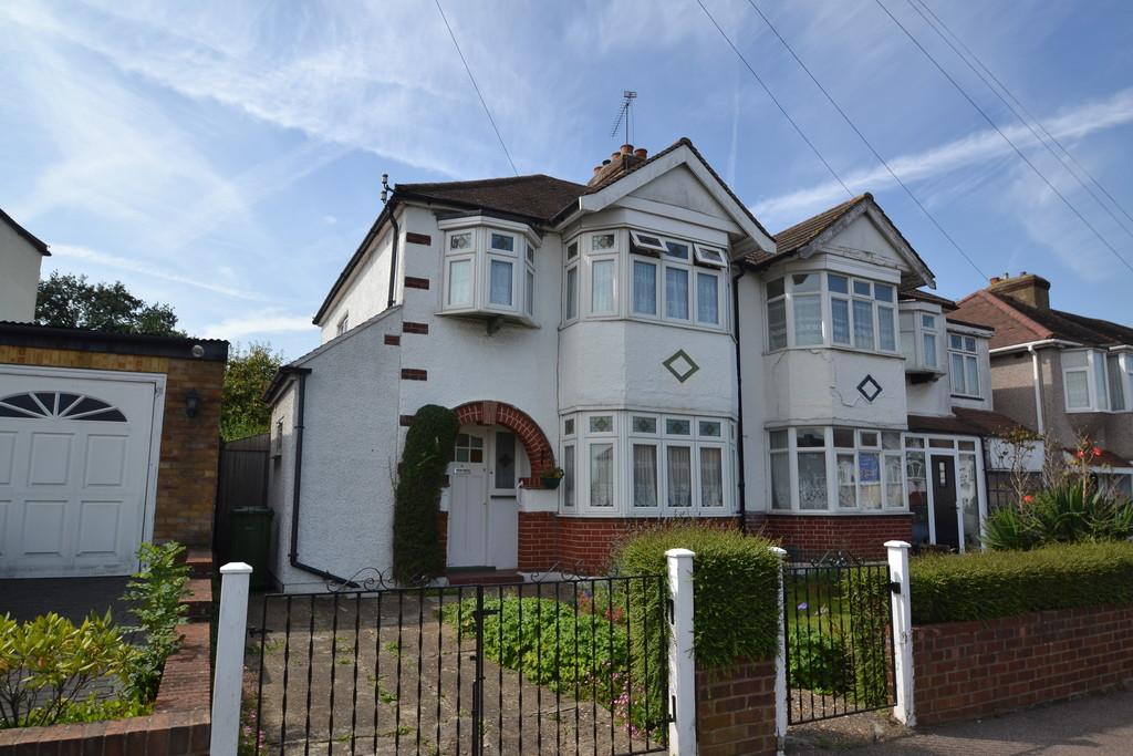 3 Bedrooms Semi Detached House for sale in Lawns Way, Collier Row