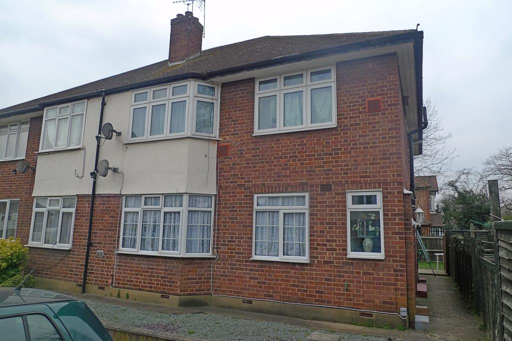 2 Bedrooms Flat for sale in The Vale, Feltham
