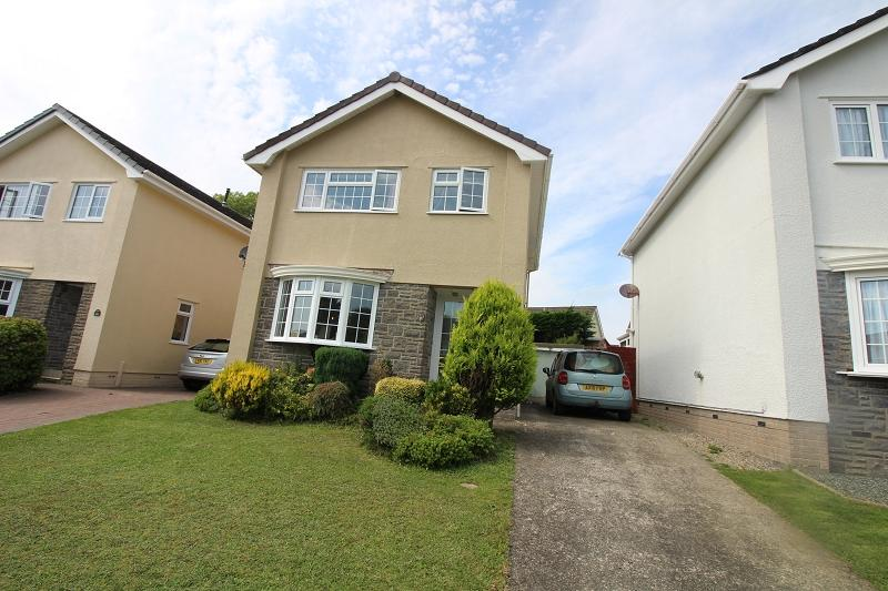 3 Bedrooms Detached House for sale in Clover Park, Haverfordwest, Pembrokeshire. SA61 1UE