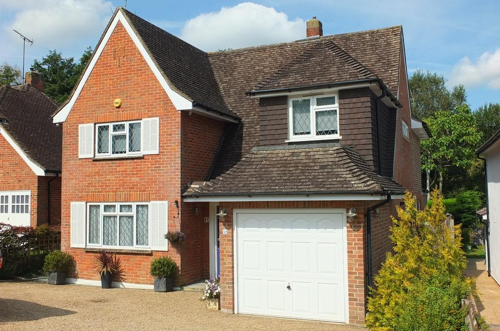 4 Bedrooms House for sale in Penland Road, Haywards Heath, RH16