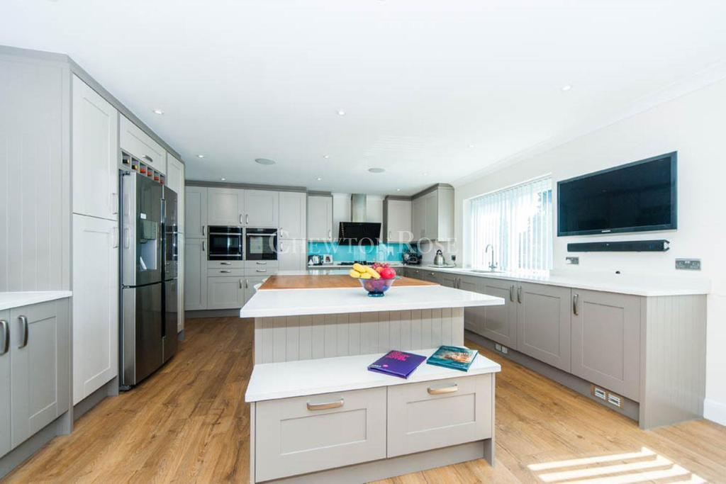 5 Bedrooms Town House for sale in Acacia Road, Staines