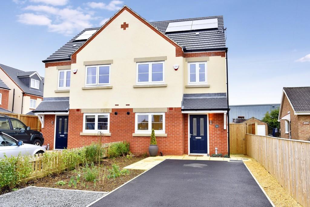 3 Bedrooms Semi Detached House for sale in Hookstone Way, Harrogate