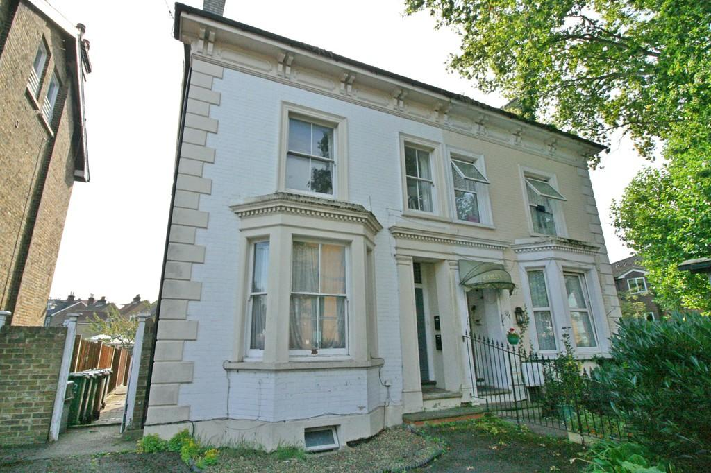 2 Bedrooms Flat for sale in London Road , Redhill