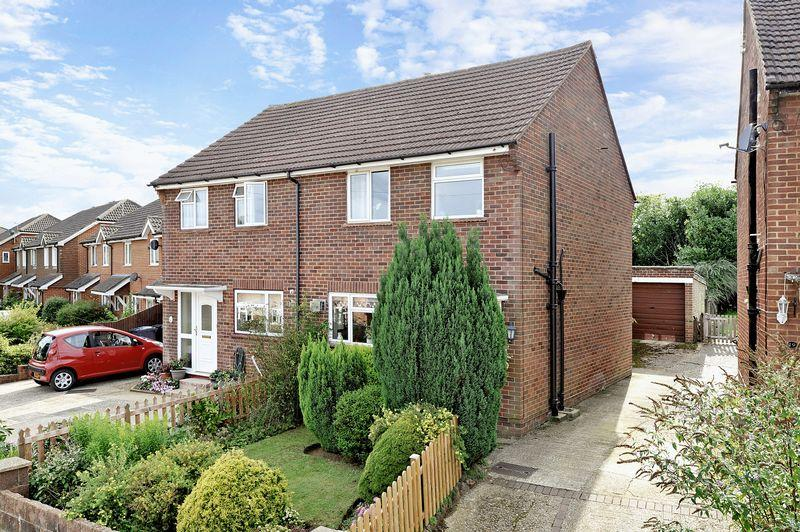 3 Bedrooms Semi Detached House for sale in Coopers Rise, Godalming