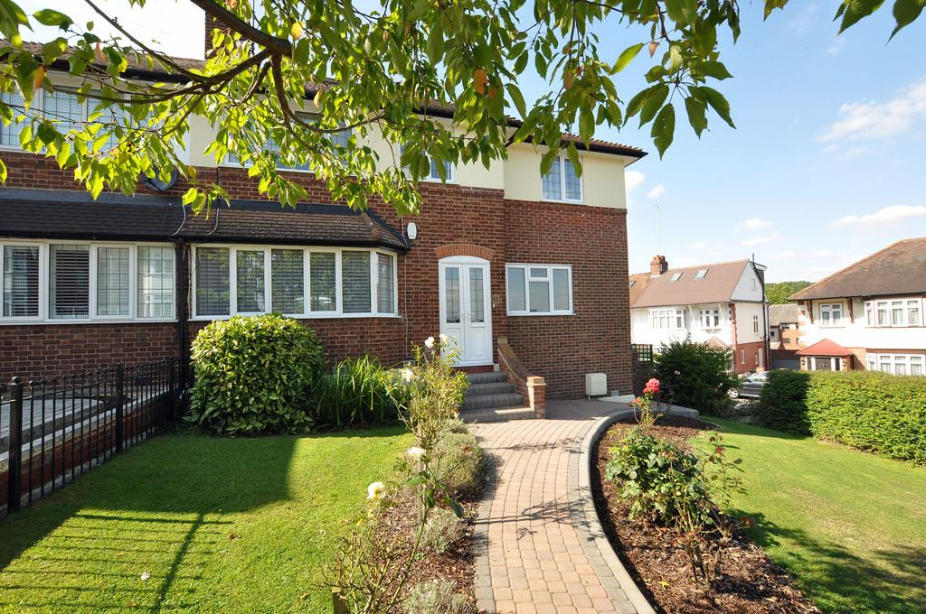 4 Bedrooms Semi Detached House for sale in The Greens Close, Loughton