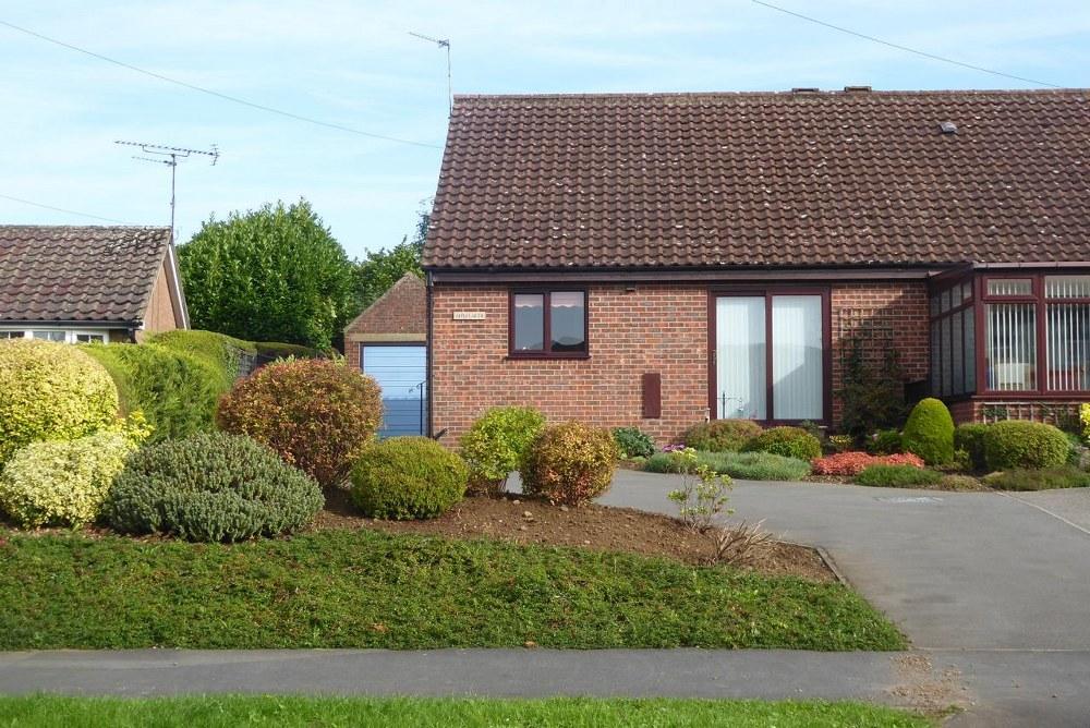2 Bedrooms Semi Detached Bungalow for sale in Applegarth, Westfields, Kirkbymoorside, YO62 6AQ