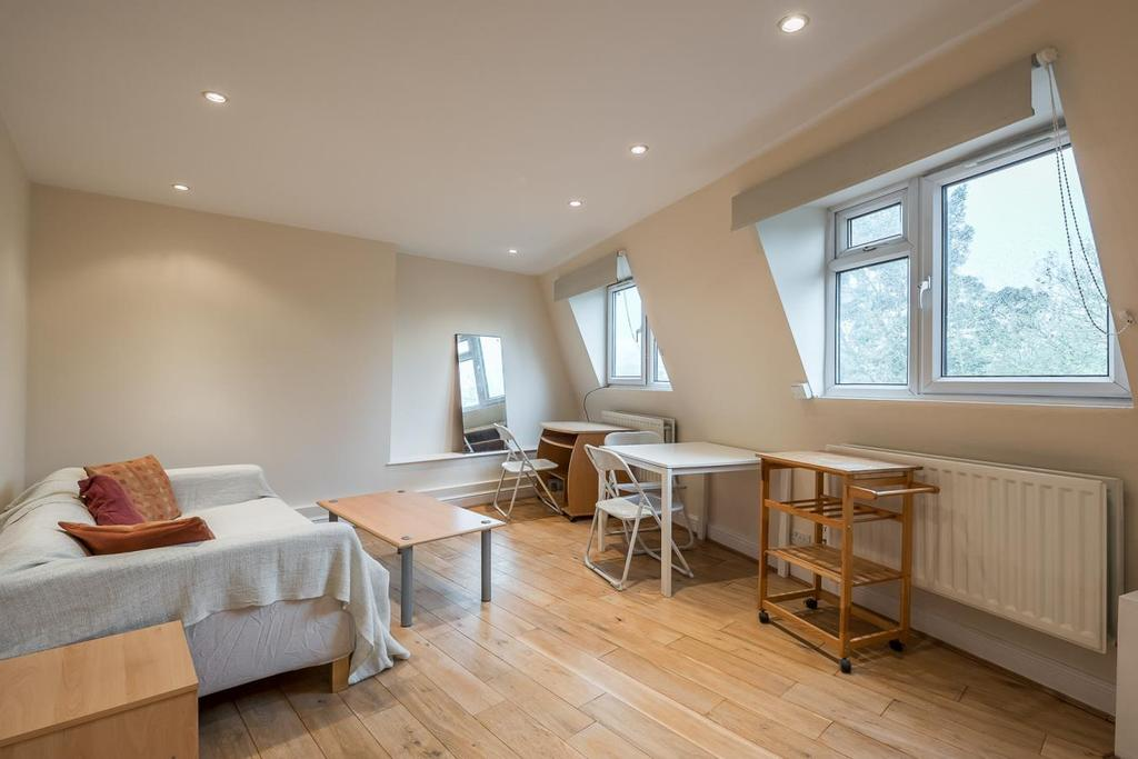 3 Bedrooms Flat for sale in FALCON ROAD, SW11