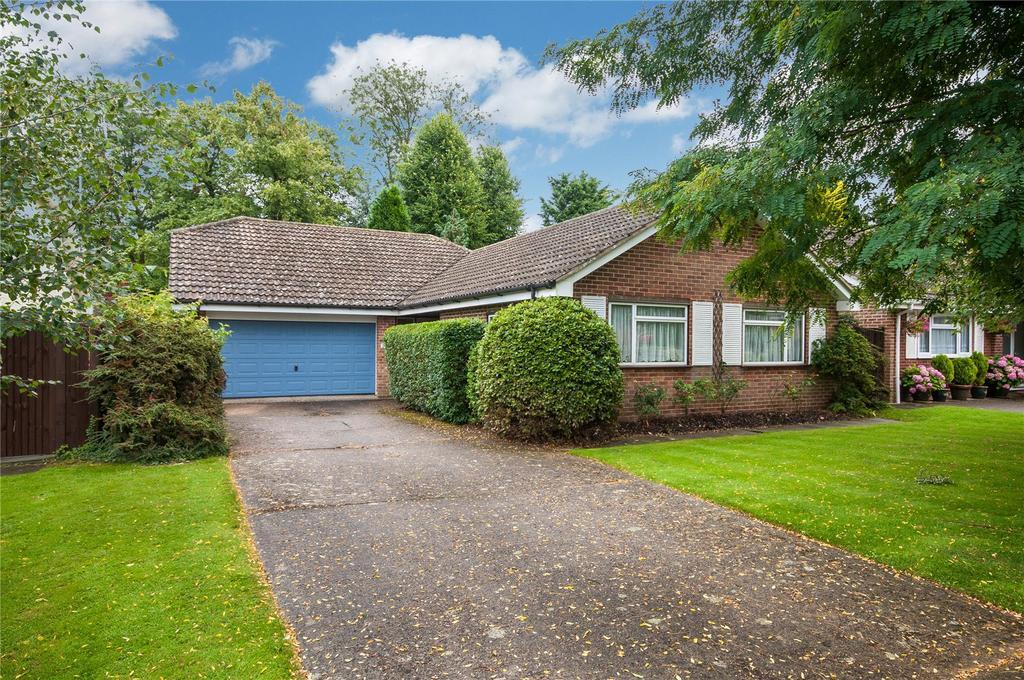 3 Bedrooms Detached Bungalow for sale in Montfort Rise, Salfords, Redhill, Surrey, RH1