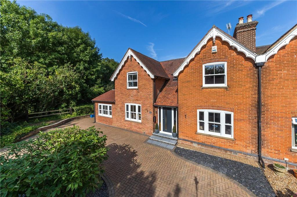 3 Bedrooms Semi Detached House for sale in Danesbury Cottages, Danesbury Park Road, Welwyn, Hertfordshire