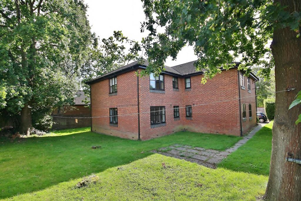 1 Bedroom Ground Flat for sale in Knaphill, Woking