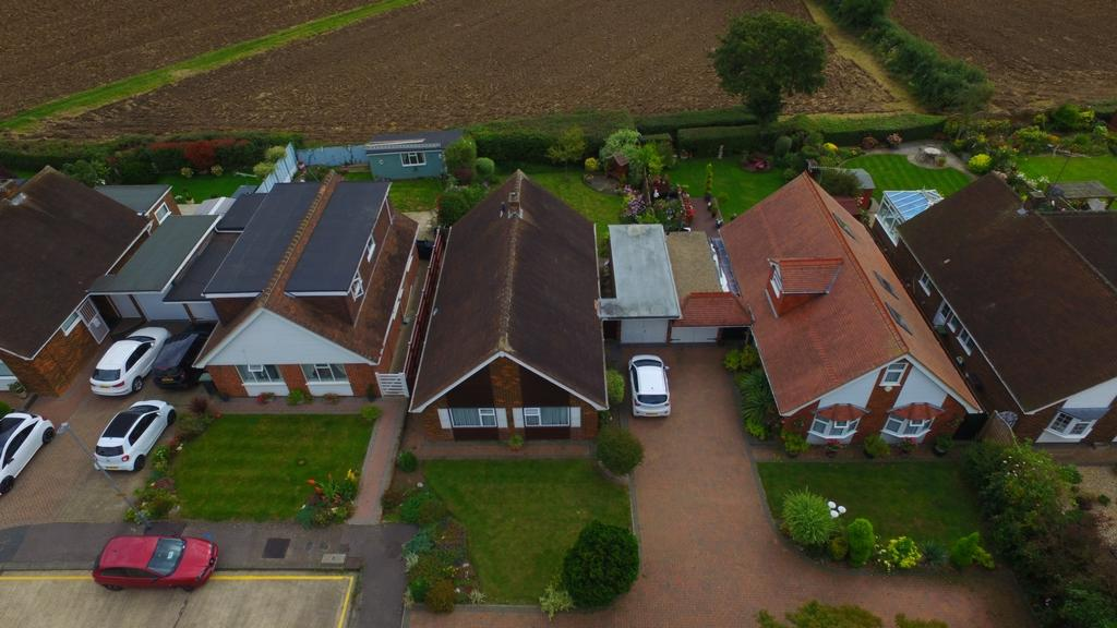 2 Bedrooms Bungalow for sale in The Orchards, Epping, CM16