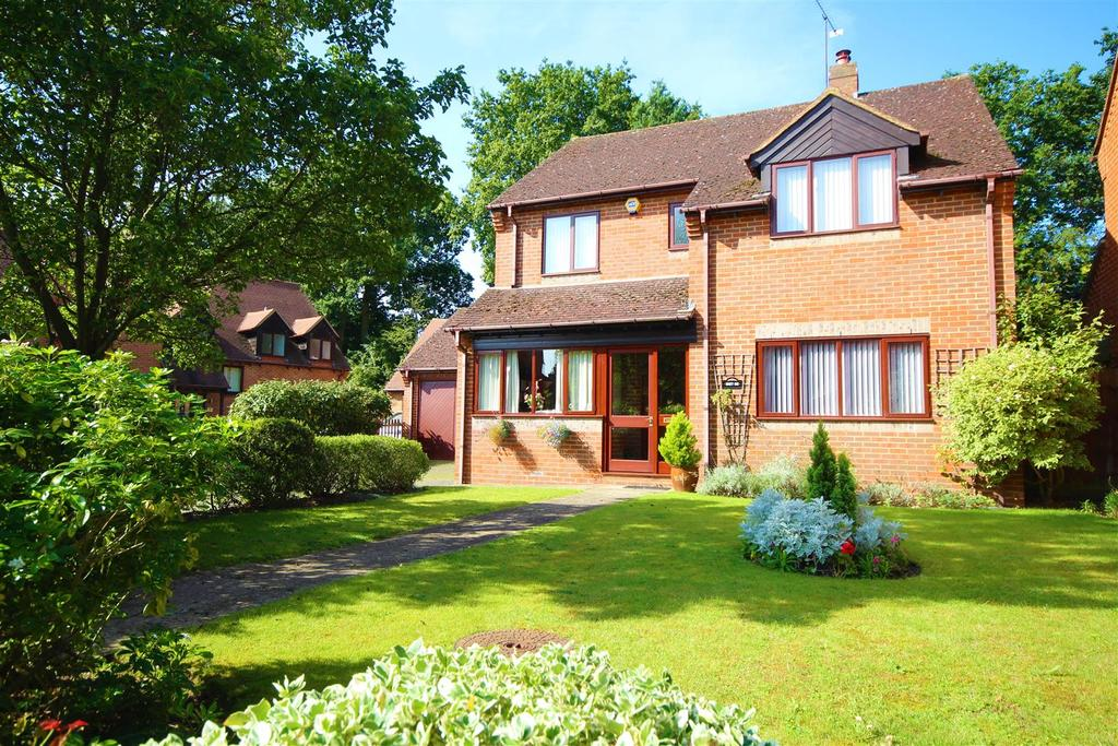 4 Bedrooms Detached House for sale in The Hawthorns, Charvil, Reading