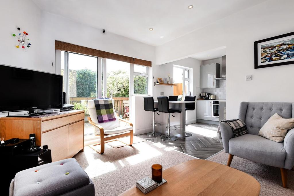 2 Bedrooms Flat for sale in Camberley Avenue, Raynes Park