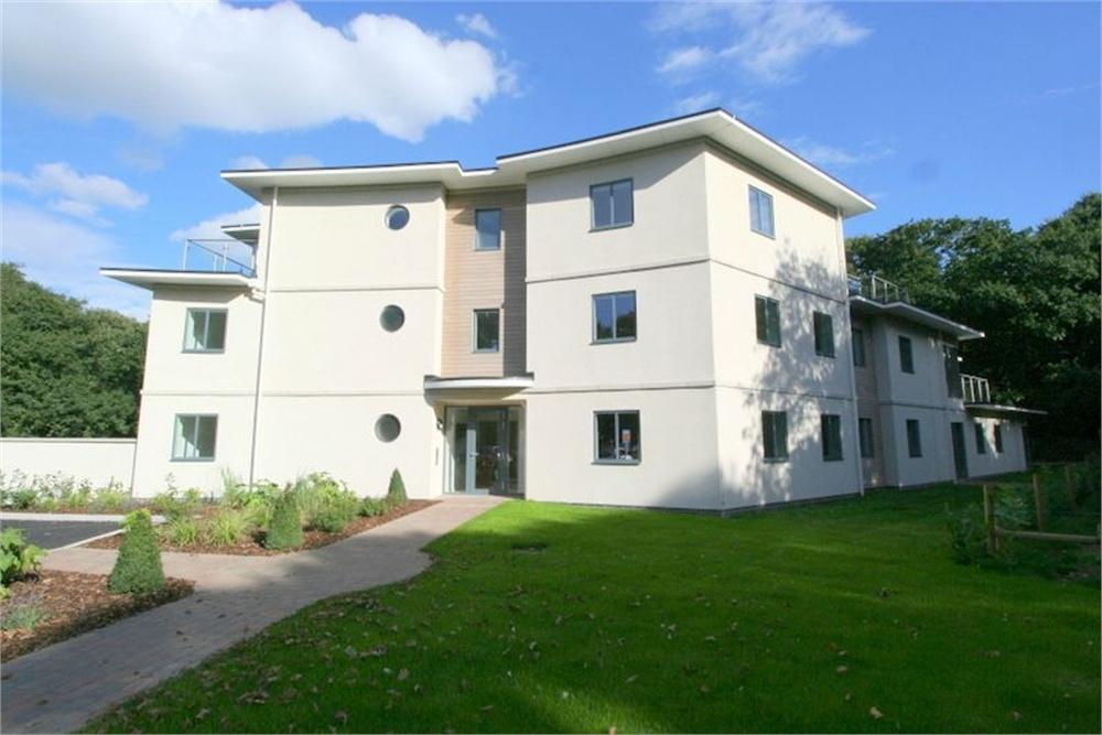 2 Bedrooms Flat for sale in Frinton Park Court, Walton Road, FRINTON-ON-SEA, Essex