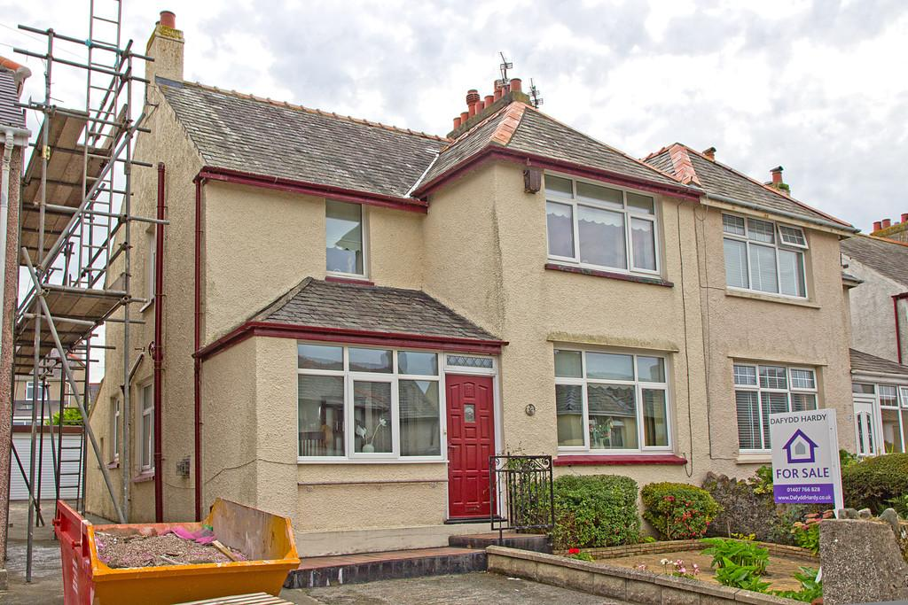 3 Bedrooms Semi Detached House for sale in Min Y Mor Road, Holyhead, North Wales
