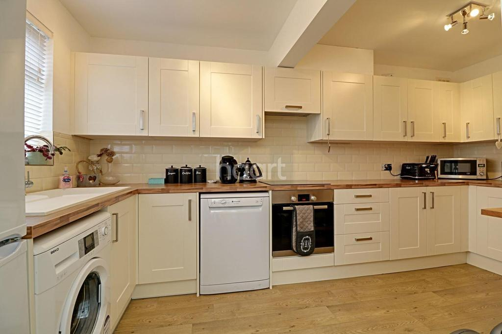 4 Bedrooms Semi Detached House for sale in Waltham Road, Rayleigh