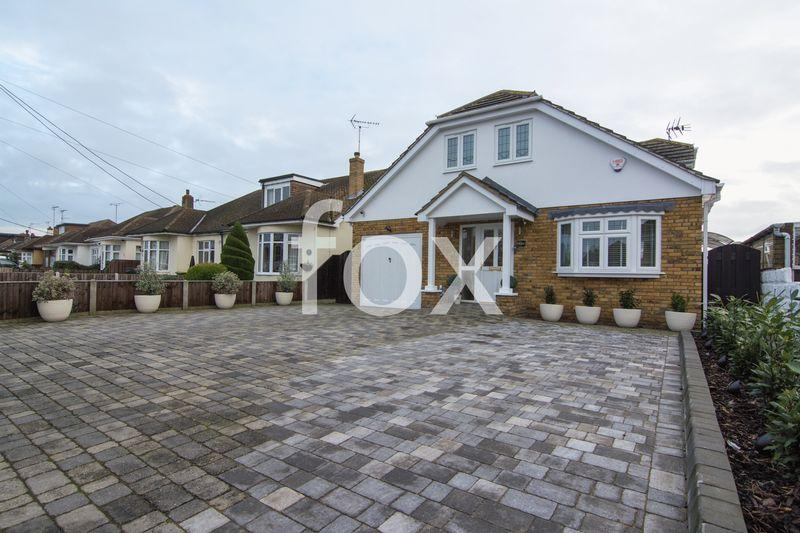 4 Bedrooms Detached House for sale in Oxford Road, Rochford