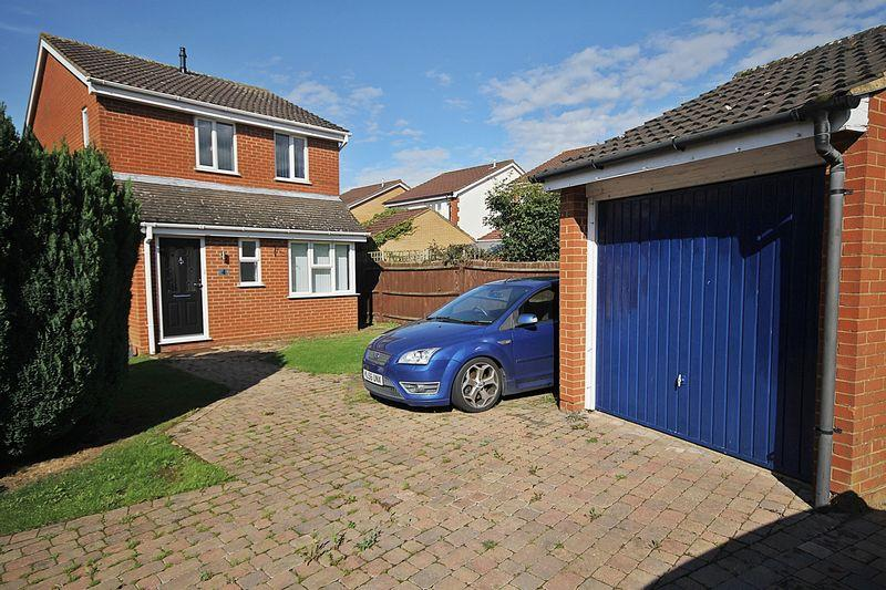 3 Bedrooms Detached House for sale in Ely Close, Flitwick