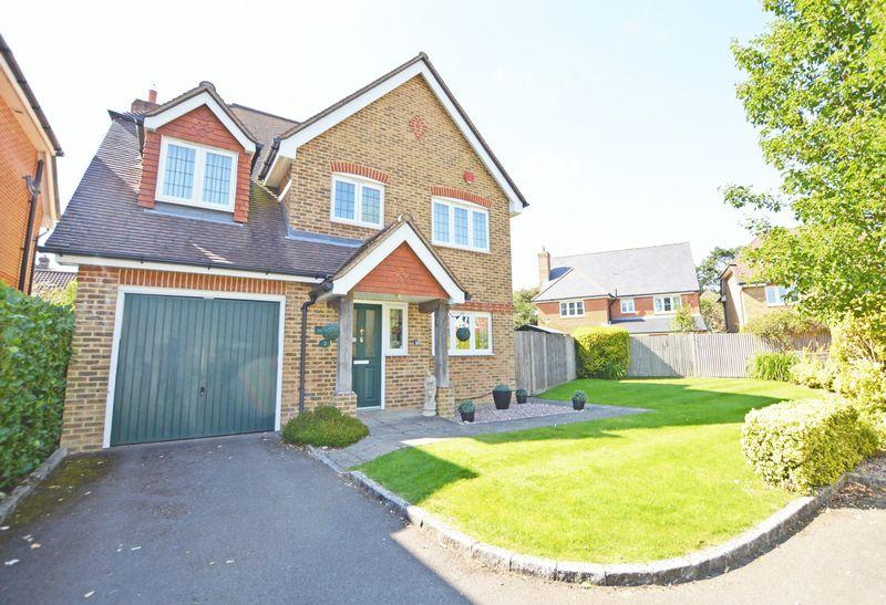4 Bedrooms Detached House for sale in Kirtle Drive, Four Marks, Hampshire