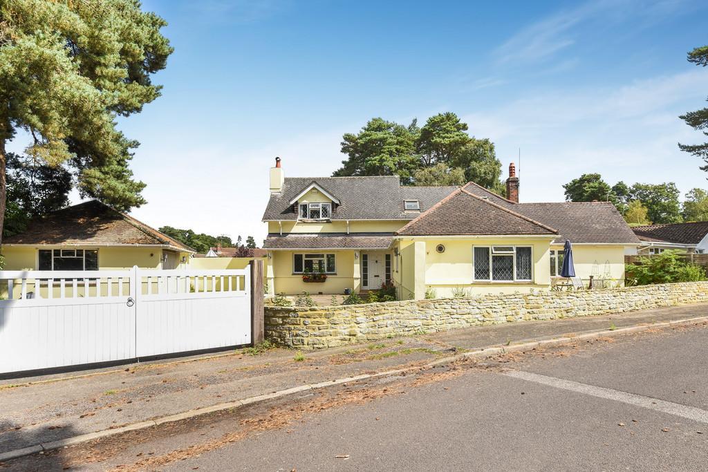 5 Bedrooms Detached House for sale in Woodacre Gardens, Ferndown