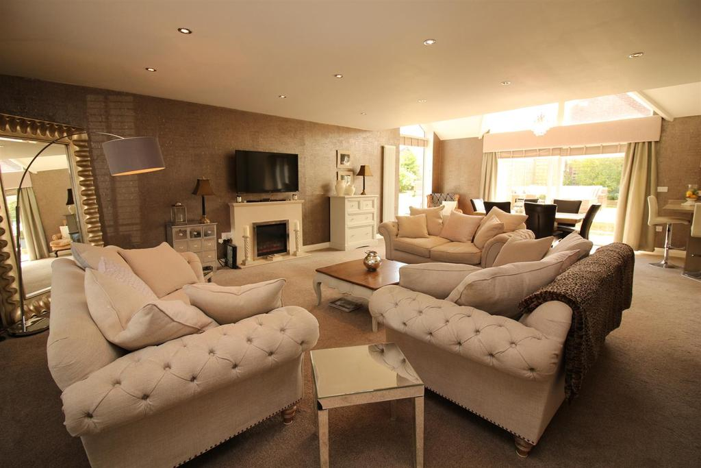 4 Bedrooms Semi Detached Bungalow for sale in Rayleigh Drive, Wideopen, Newcastle Upon Tyne
