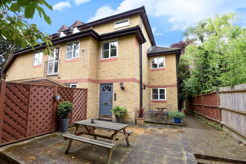 2 Bedrooms Flat for sale in Stevens Close, Beckenham