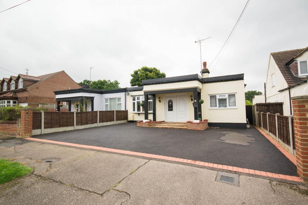 3 Bedrooms Semi Detached Bungalow for sale in Goodwood Avenue, Hutton, Brentwood, Essex, CM13