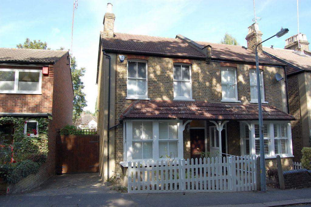 2 Bedrooms Semi Detached House for sale in Palace Gardens, Buckhurst Hill, IG9