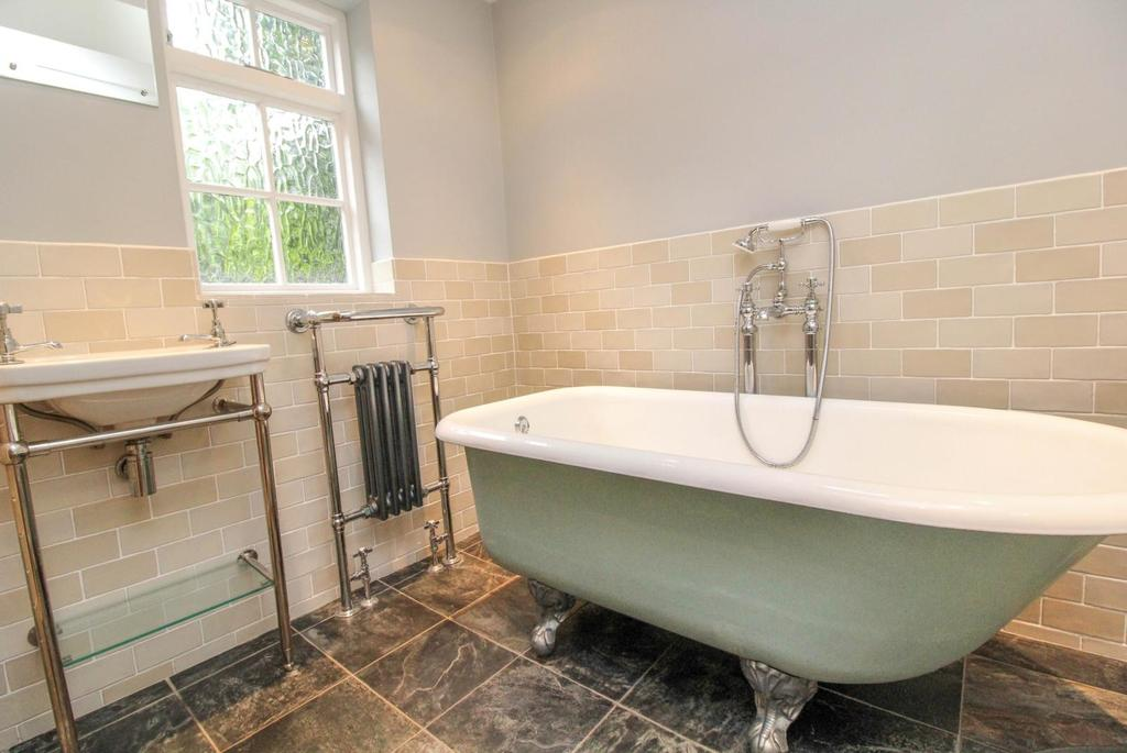 3 Bedrooms Cottage House for sale in Weald Road, Brentwood, Essex, CM14