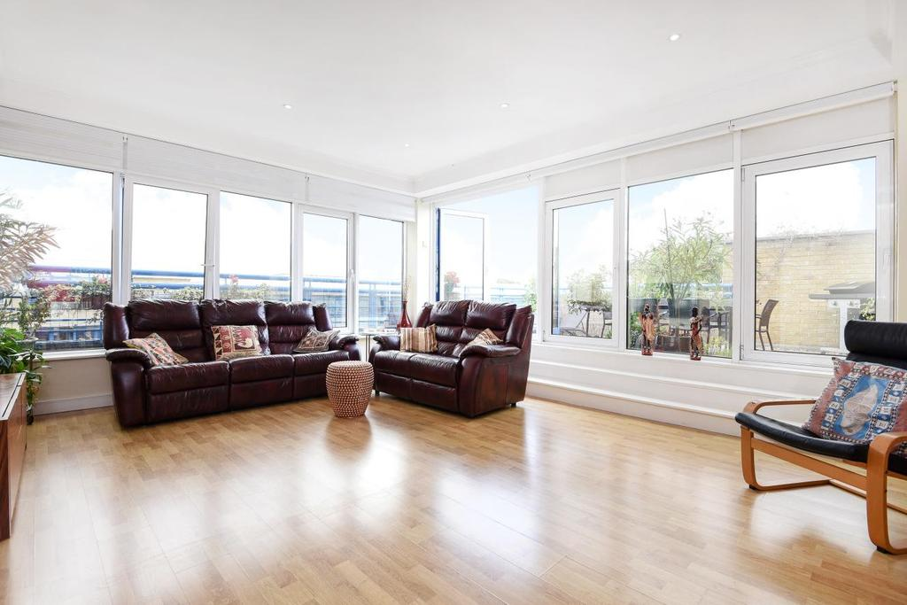 2 Bedrooms Flat for sale in Rotherhithe Street, Surrey Quays
