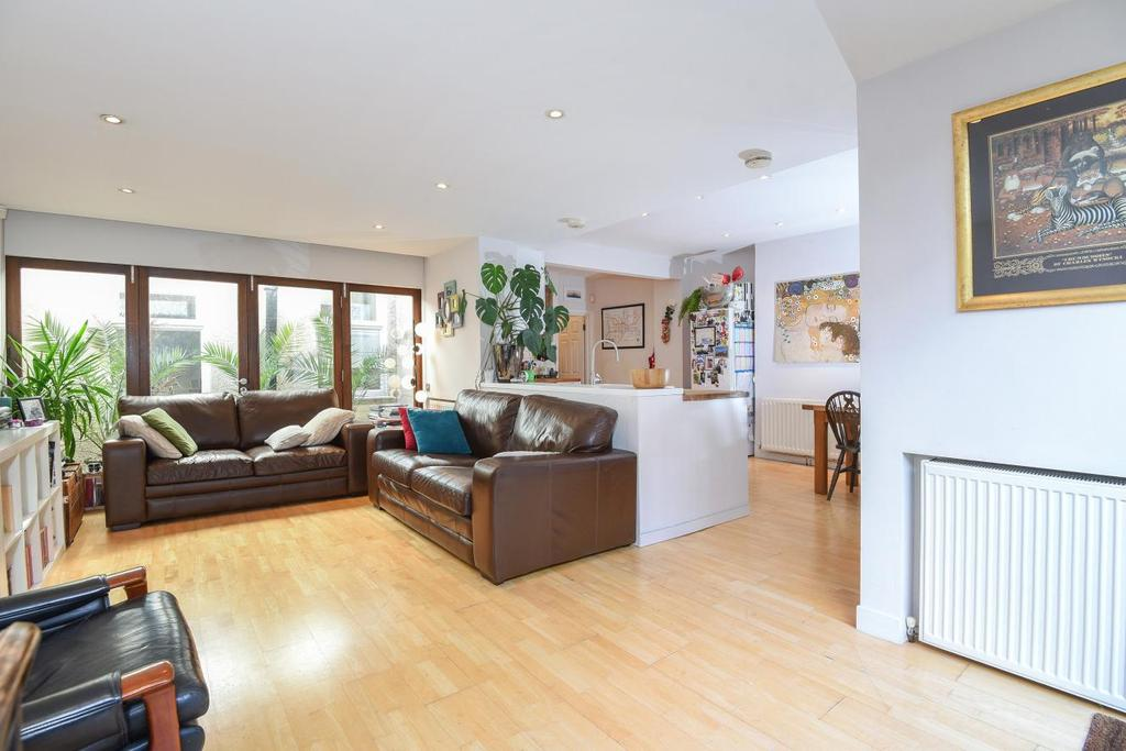 2 Bedrooms Flat for sale in Camborne Road, Southfields