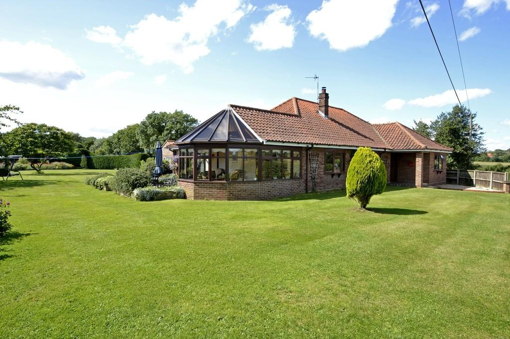 4 Bedrooms Detached Bungalow for sale in East Carleton, Norwich, Norfolk