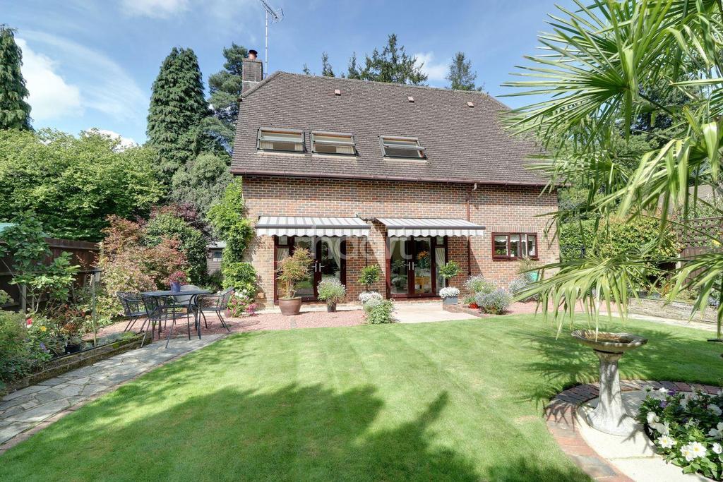 4 Bedrooms Detached House for sale in Saddlers Scarp, Grayshott,