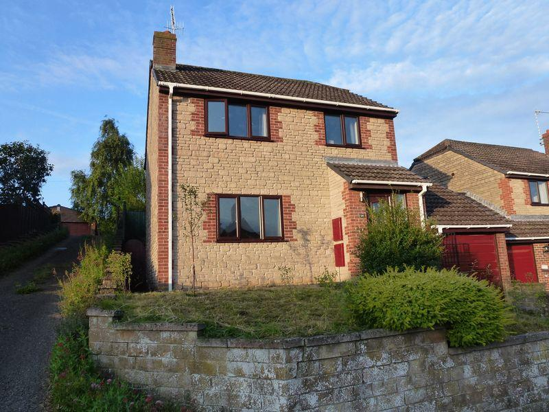 3 Bedrooms Detached House for sale in 14 Charlton Close, Crewkerne Somerset TA18 8AT