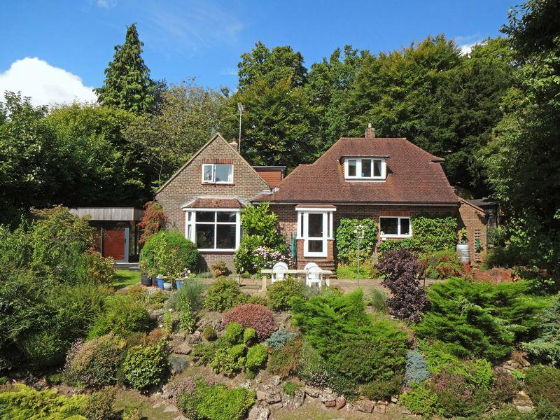 3 Bedrooms Detached House for sale in Portsmouth Road, Hindhead