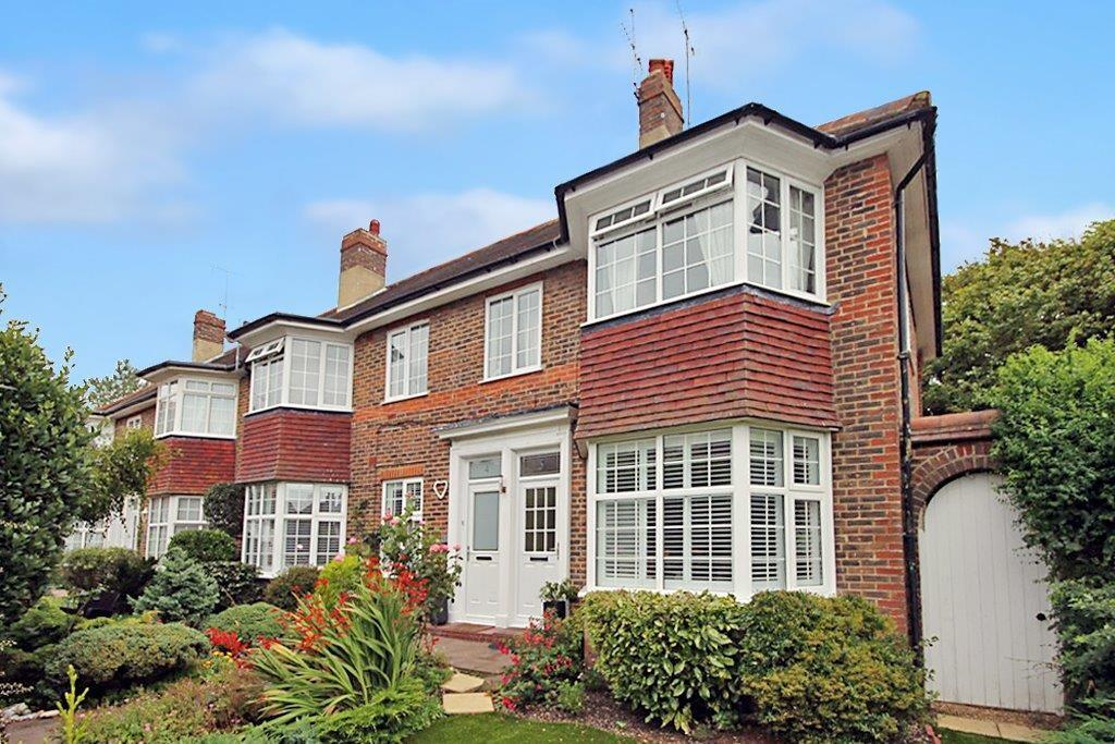 3 Bedrooms Flat for sale in The Acre Close, Worthing BN11 4LW
