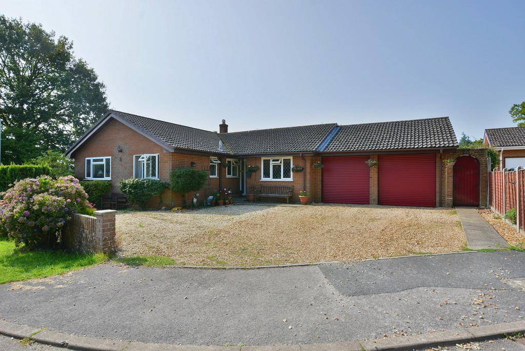 4 Bedrooms Detached Bungalow for sale in Noon Gardens, VERWOOD