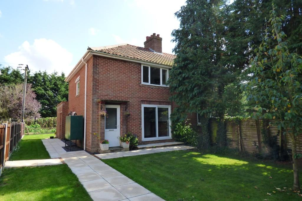 3 Bedrooms Semi Detached House for sale in Hall Lane, Wacton