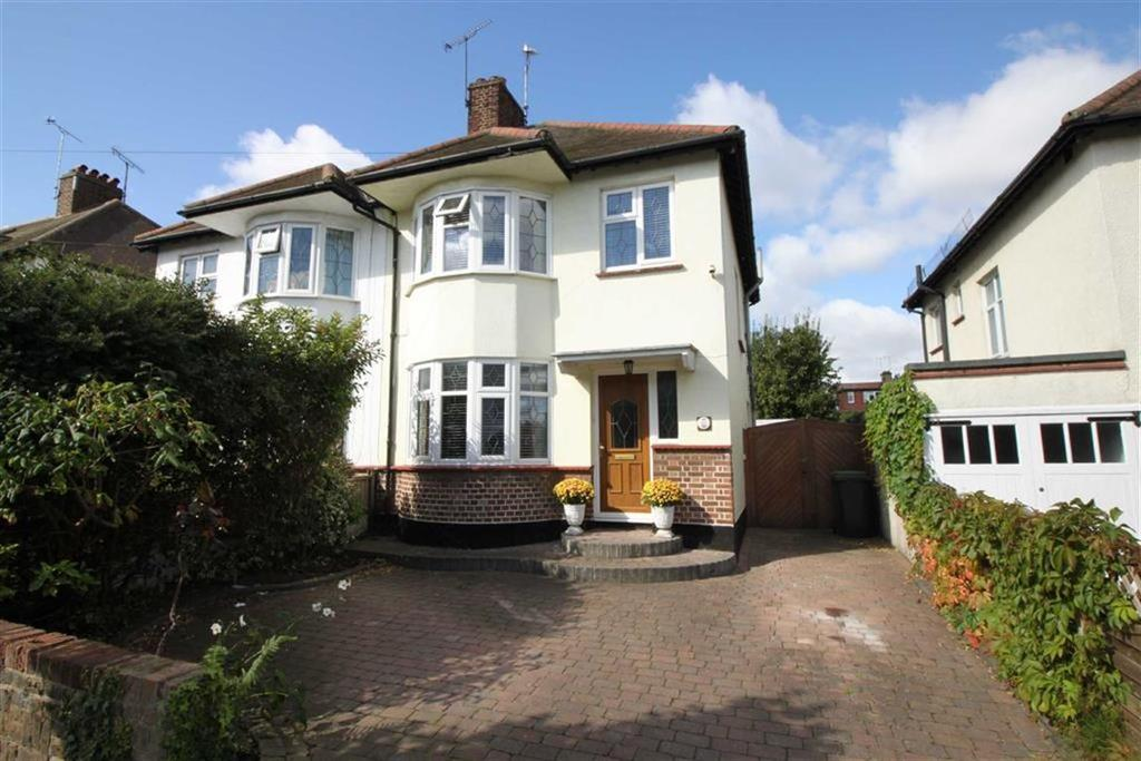 3 Bedrooms Semi Detached House for sale in Parkstone Drive, Southend-on-Sea, Essex