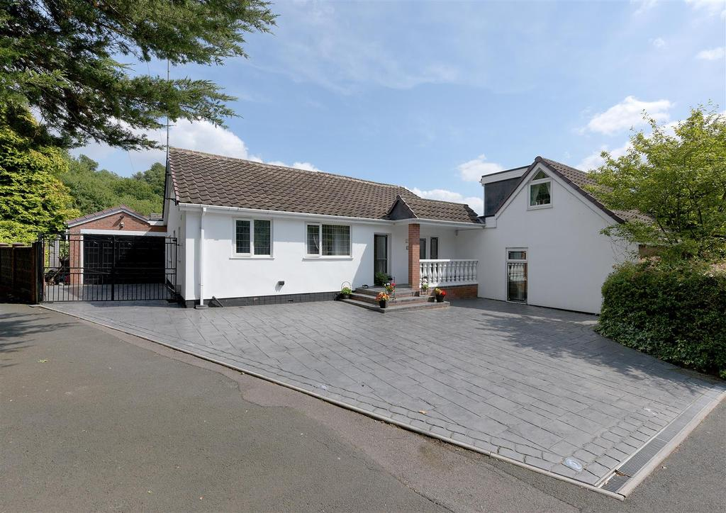 4 Bedrooms Detached Bungalow for sale in Mucklow Hill, Halesowen