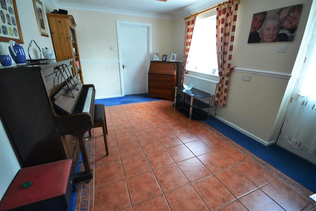 3 Bedrooms End Of Terrace House for sale in Glen View, Merlins Bridge, Haverfordwest