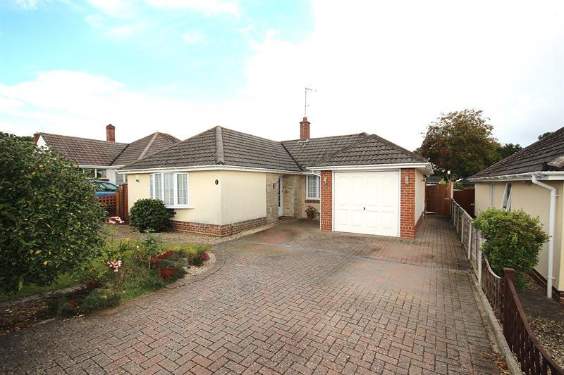 3 Bedrooms Detached Bungalow for sale in Fontmell Road, Broadstone