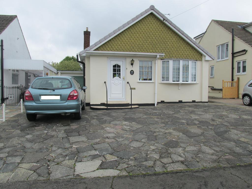2 Bedrooms Detached Bungalow for sale in Fulford Drive, Eastwood, Essex SS9