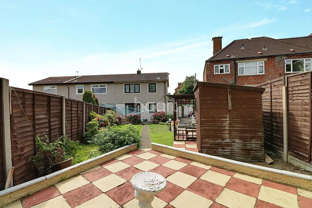 3 Bedrooms Semi Detached House for sale in Bearing Way, Chigwell