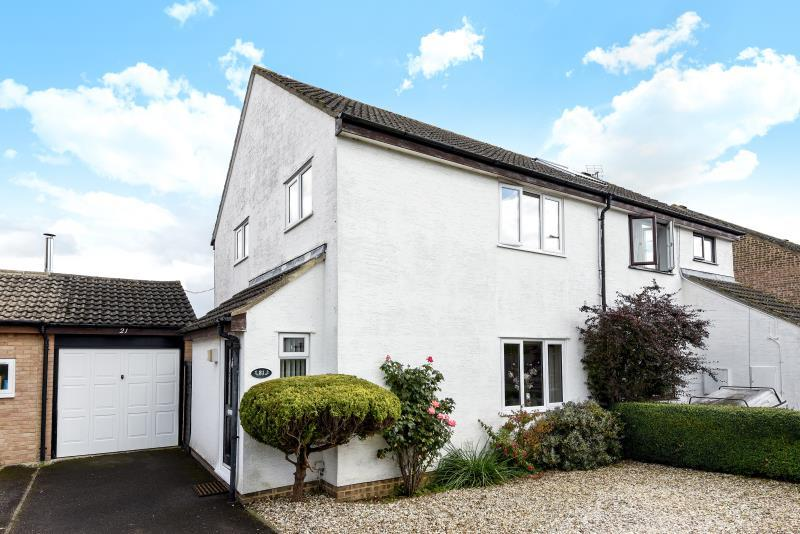 3 Bedrooms Semi Detached House for sale in Foxcroft Drive, Carterton, Oxon