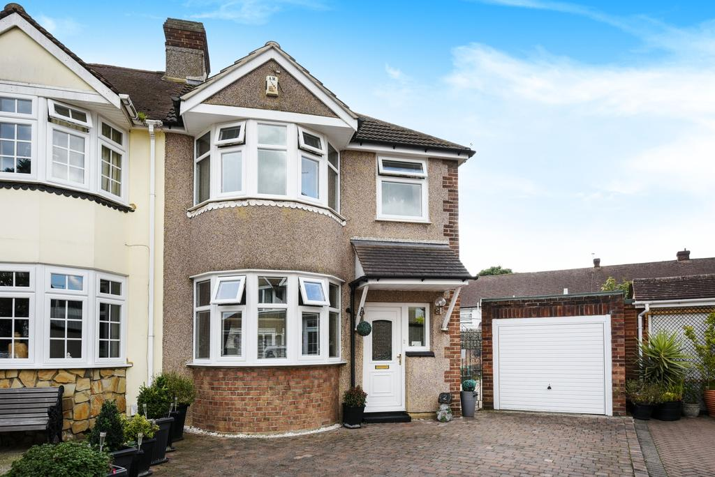 3 Bedrooms Semi Detached House for sale in Mayplace Close Bexleyheath DA7