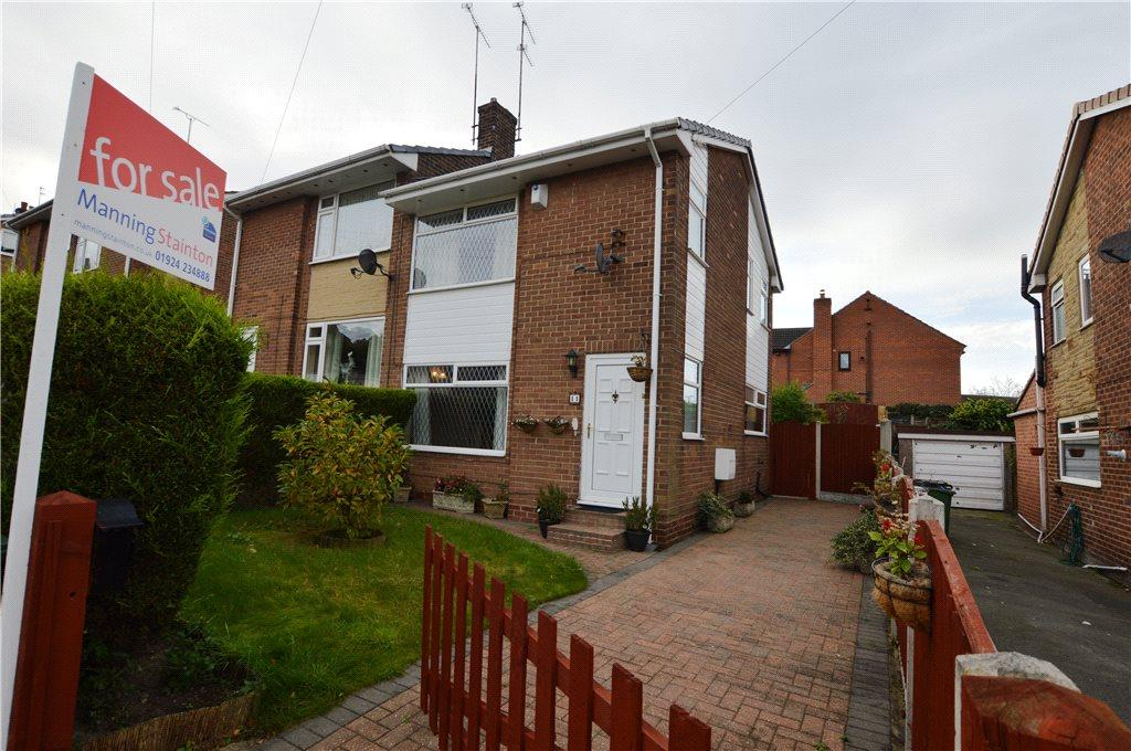 3 Bedrooms Semi Detached House for sale in Hall Cliffe Grove, Horbury, Wakefield, West Yorkshire
